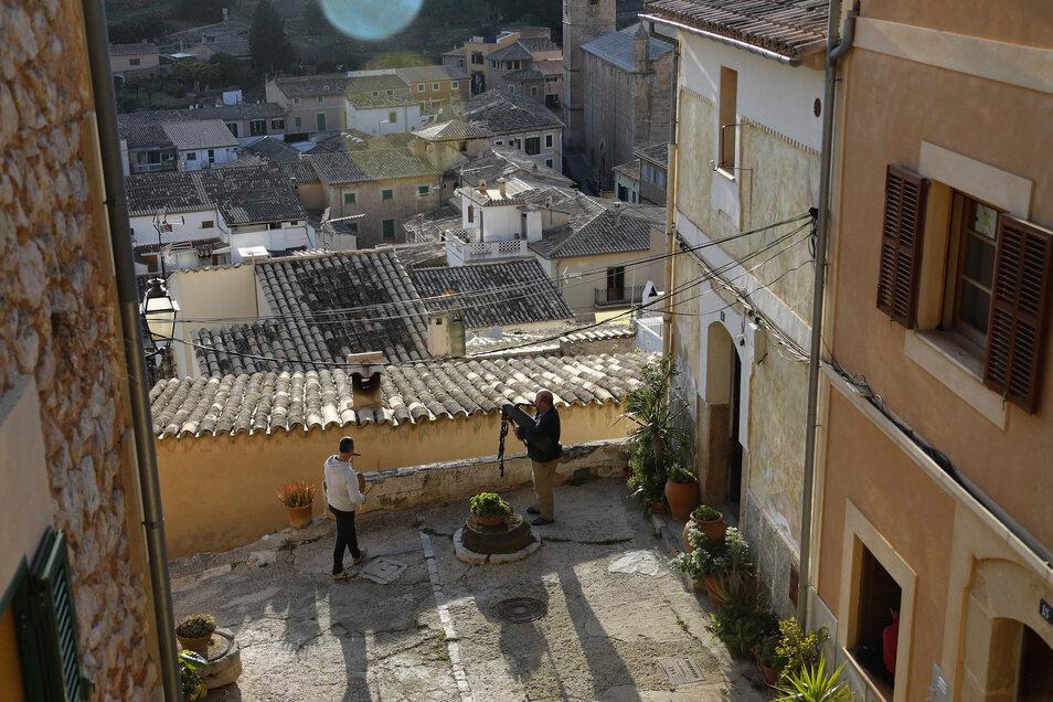 Während des Corona-Ausbruchs in der Ortschaft Bunyola auf Mallorca spielen Quarantänebürger von ihren Hausdächern aus Musik für ihre Nachbarn.