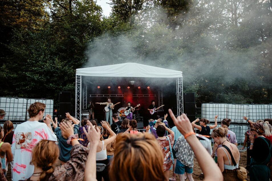 """Eine kleine Bühne und viele feiernde Besucher - das ist das """"We Go Apart with ART"""" in Neukirch/Lausitz."""