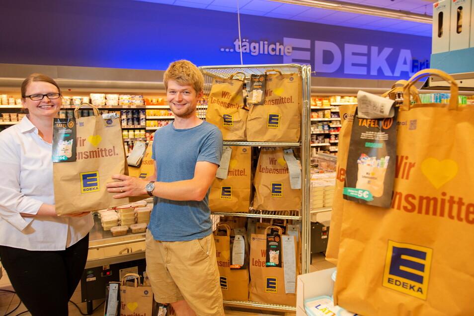 Die stellvertretende Marktleiterin des Großenhainer Edeka-Marktes, Steffi Radtke, übergab zu Wochenbeginn an Toni Preibisch von der Diakonie Großenhain 39 Lebensmittel- und Drogerietüten zur Weitergabe an Tafel-Gänger.