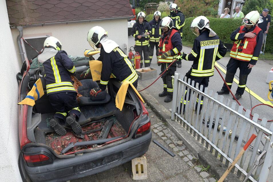 Stück für Stück wird das Auto auseinander genommen um an die verletzte Person zu kommen.