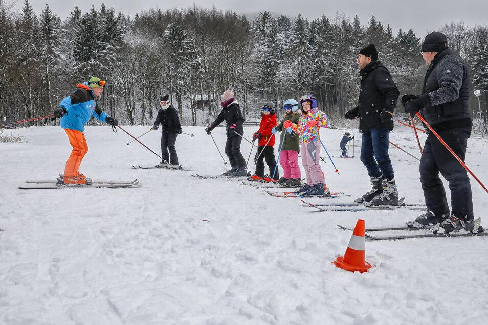 Wolfgang Kießlich von der gleichnamigen Skischule bringt Interessierten an der Lausche das Skifahren bei.