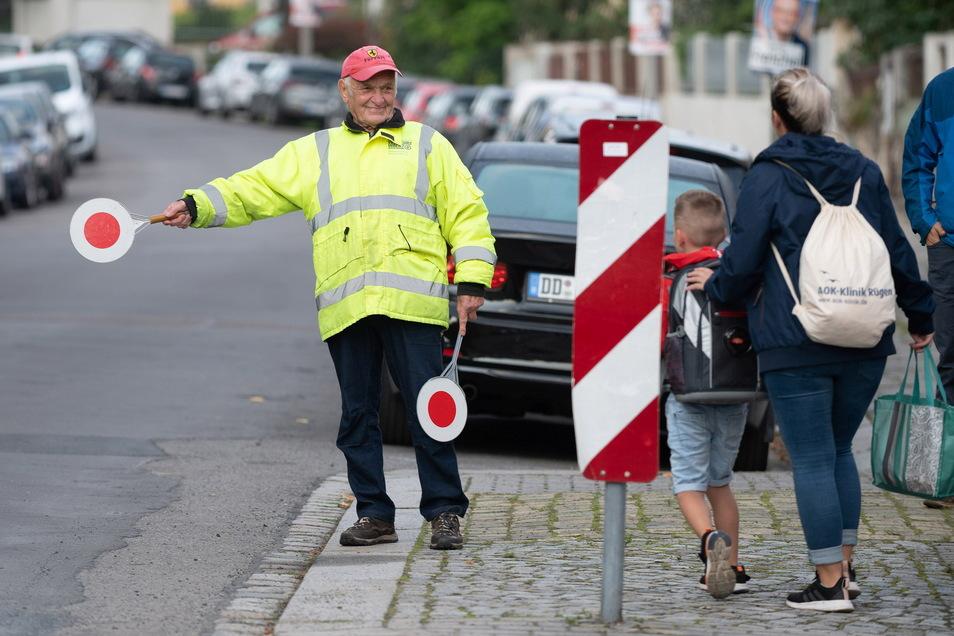Werner Niehle hat an seinem Platz vor der 68. Grundschule an der Heiligenbornstraße für jeden ein Lächeln übrig - solange die Regeln beachtet werden.
