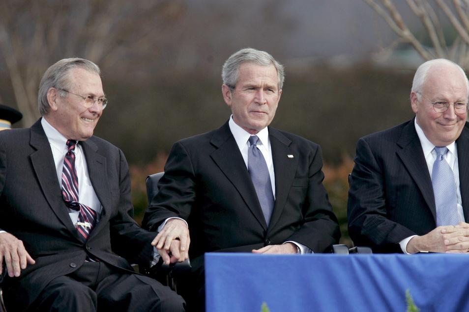 Donald Rumsfeld (l.) im Jahr 2006 mit dem damaligen US-Präsidenten George W. Bush (M) und dessen Vize Dick Cheney.