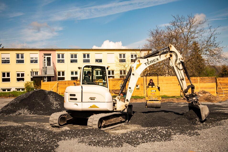 Auf der Baustelle der neuen Kita Chladeniusstraße wird derzeit der Boden eingeebnet und für die Grundplatte vorbereitet.