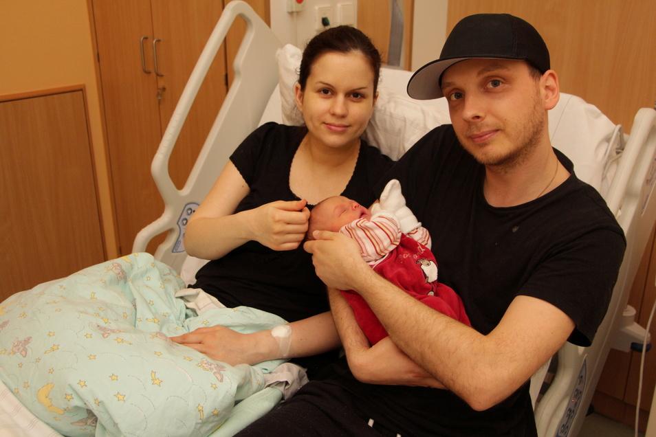 Maria und Marcel Bräutigam aus Burgstädt halten die kleine Mathilda im Arm. Sie ist das 300. Baby, das in diesem Jahr in der Mittweidaer Klinik zur Welt kam.