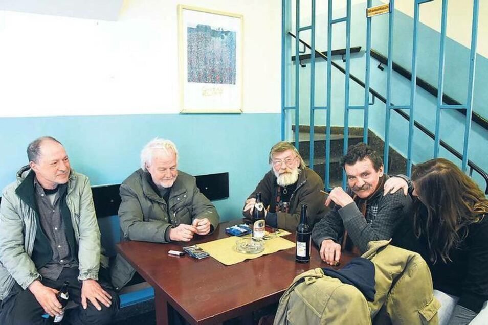 """Die Bewohner im Herrenwohnheim in Kreuzberg sind """"austherapiert"""". Sie dürfen trinken, so viel sie wollen."""