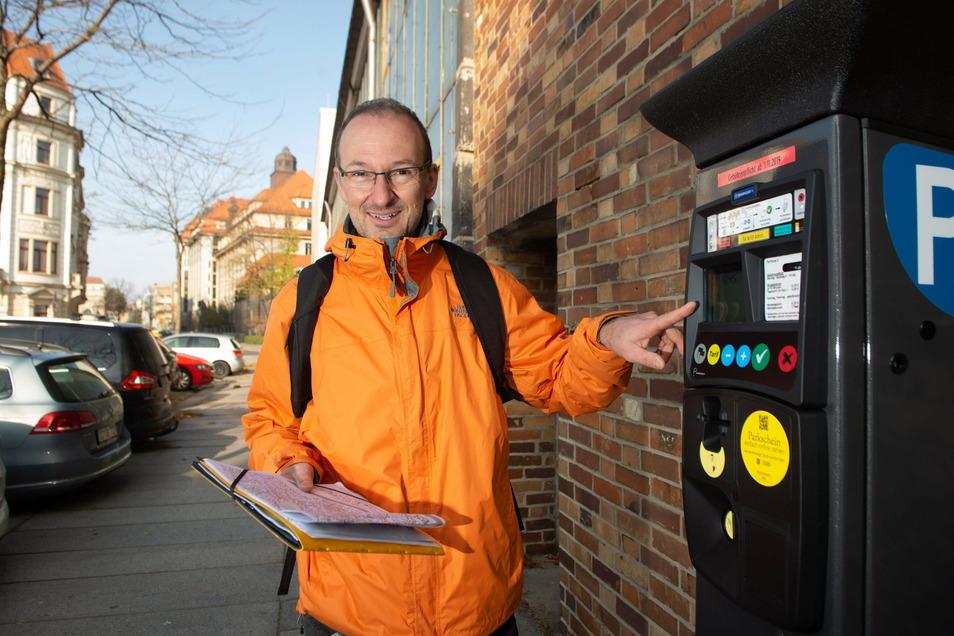 Robert Franke, Leiter der Wirtschaftsförderung, wirbt für den Parkscheinkauf ohne Geld in einen Automaten stecken zu müssen.