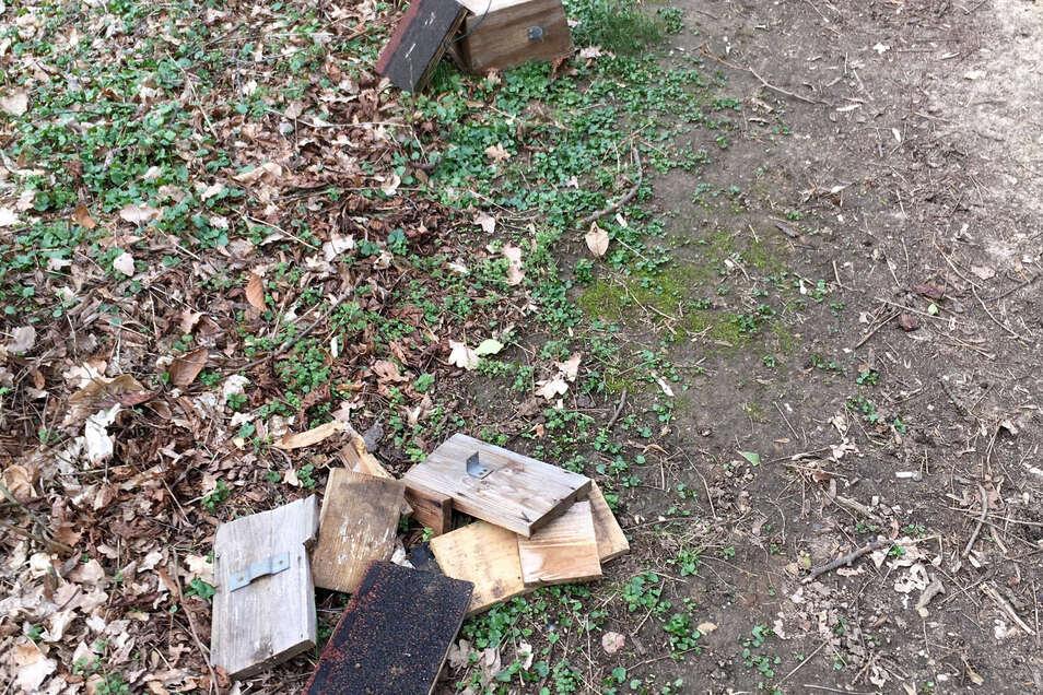Trauriger Anblick: die Reste von Nistkästen im Reichenbacher Niederhofpark. Noch ist nicht klar, wer sie zerstörte.