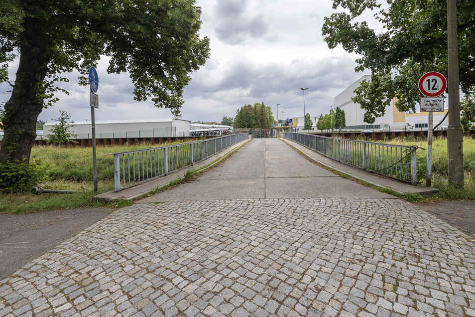 Die alte Bombardier-Zufahrt in Bautzen entsprach nicht mehr den Ansprüchen des Unternehmens. Jetzt wird eine neue Brücke errichtet.