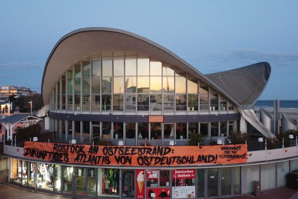 Das Transparent der Dynamo-Ultras am Restaurant Teepott in Warnemünde.