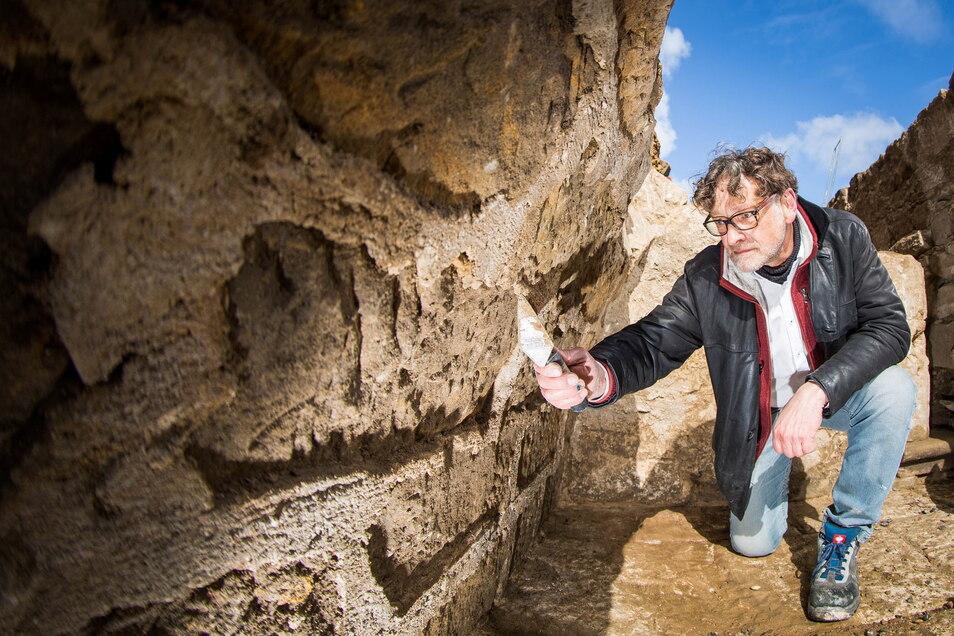 Vorsichtig arbeitet Archäologe Hartmut Olbrich mit seiner Spachtel an diesem Sandsteingewölbe. Überraschend waren bei den Grabungen im Zwingerhof diese Wände eines alten Kellers unter der früheren Zwingergrotte entdeckt worden.