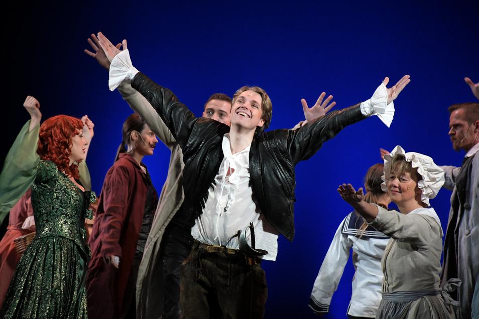 """Clemens Leisegang (Mitte) ist fasziniert von seiner Rolle als D'Artagnan. Der Waldheimer spielte das Stück """"3 Musketiere"""" zusammen mit der Laiengruppe Loge 5 vor einem beinahe ausverkauften Haus."""