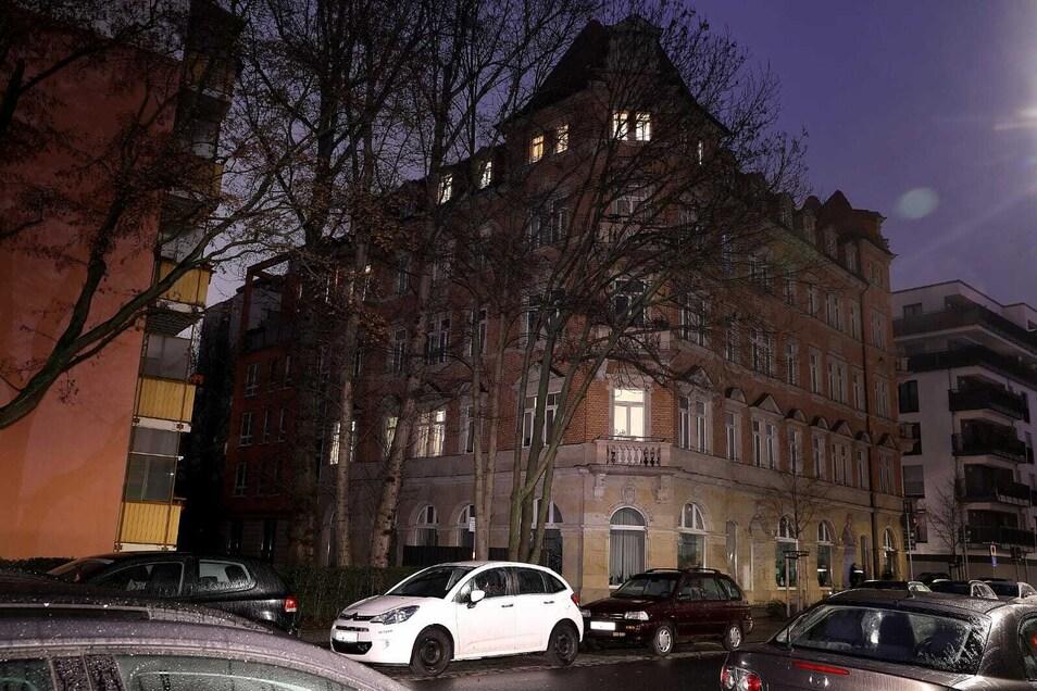 In diesem Haus durchsuchte die Polizei am Freitagmorgen eine Wohnung.