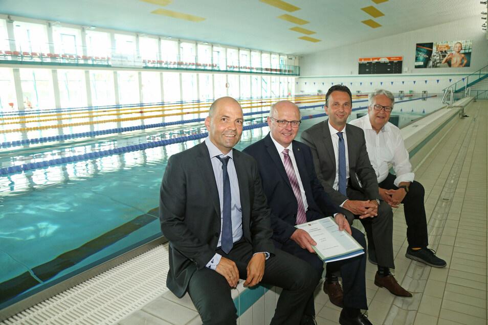 Staatssekretär Günther Schneider (2.v.l.) überreichte die Bescheinigung über die 1,8-Millionen-Euro-Förderung an Stadtwerke-Chef René Röthig (l.). OB Marco Müller und Landtagspolitiker Geert Mackenroth (v.l.) freuen sich.