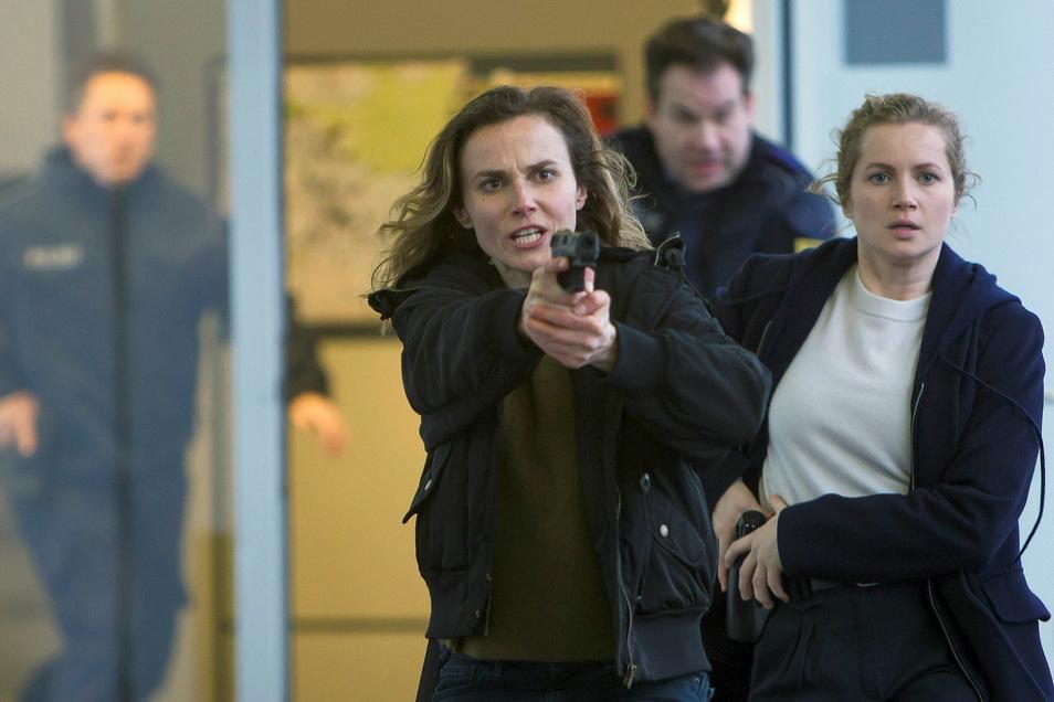 Gefährlicher Einsatz: Kommissarin Karin Gorniak (Karin Hanczewski, li.) und Leo Winkler (Cornelia Gröschel).
