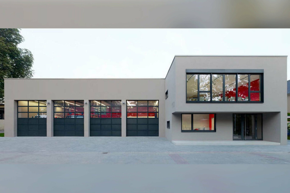 """So ähnlich soll die Frontansicht des neuen Feuerwehrdepots im Gewerbegebiet """"Am Spitzberg"""" in Oderwitz aussehen. Allerdings bekommt das Depot fünf Tore und nicht vier, wie auf dem Foto abgebildet."""