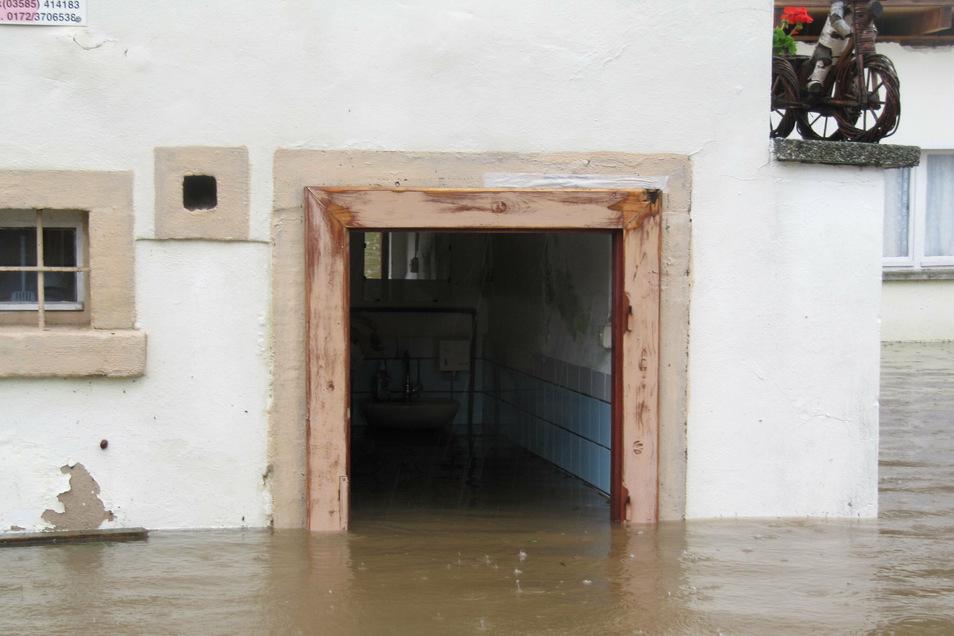 Die Toiletten der Gaststätte sind überflutet.