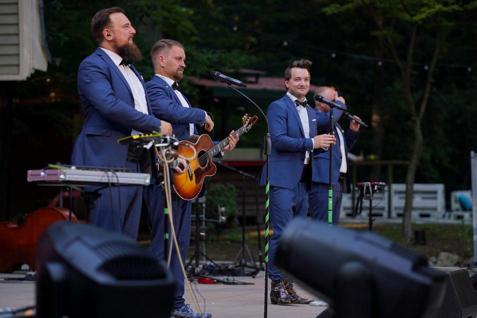 Dresdens Comedy-Pop-Band Die NotenDealer freute sich sichtlich, zu OB-Empfang aufzutreten.