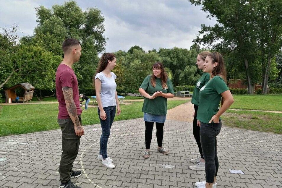 Marvin und Yasmin Hielscher (v.l.) interessieren sich für die Arbeit des Jugendausschusses in Bannewitz. Dort macht Josefine Roßbach (r.) schon mit, unterstützt von Franziska Ungermann-Sawall (M.) und Sarah Kühn vom Verein Pro Jugend.