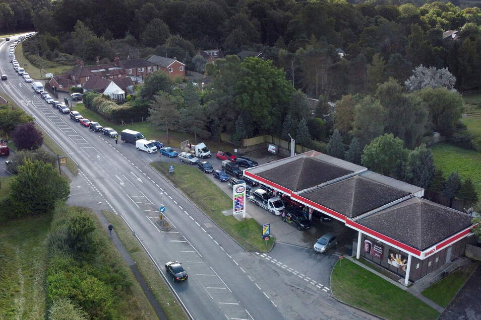 Ashford: Autofahrer stehen an einer Tankstelle in der englischen Grafschaft Kent in einer Schlange, um zu tanken.