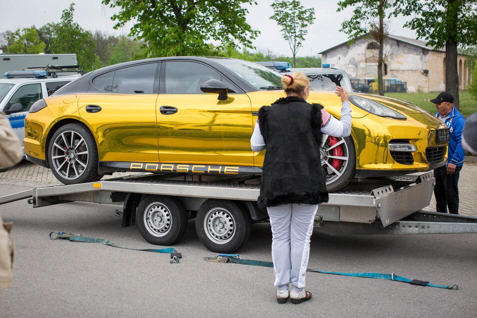Sechs Personen gehörten zum Transportkommando, das den Gold-Porsche am Mittwoch abholte, darunter auch drei Frauen.