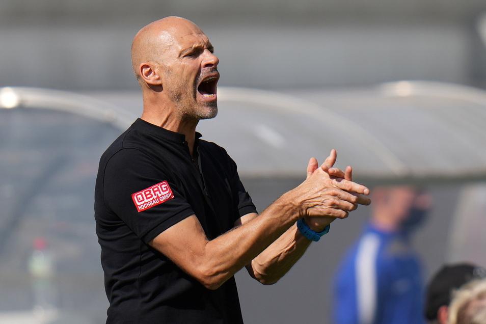 Alexander Schmidt versucht seine Mannschaft zu motivieren, aber noch liegt sie zurück und Darmstadt ist besser.