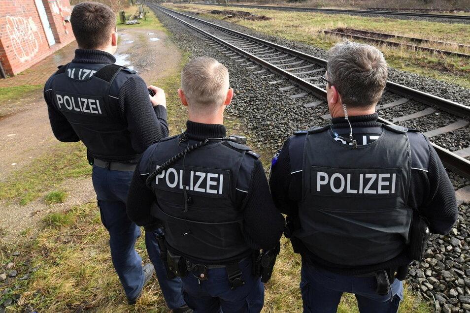 Bundespolizisten mussten am Donnerstagnachmittag den Zugverkehr zwischen Waldheim und Mittweida stoppen. Hintergrund waren Schüsse an der Bahnstrecke.