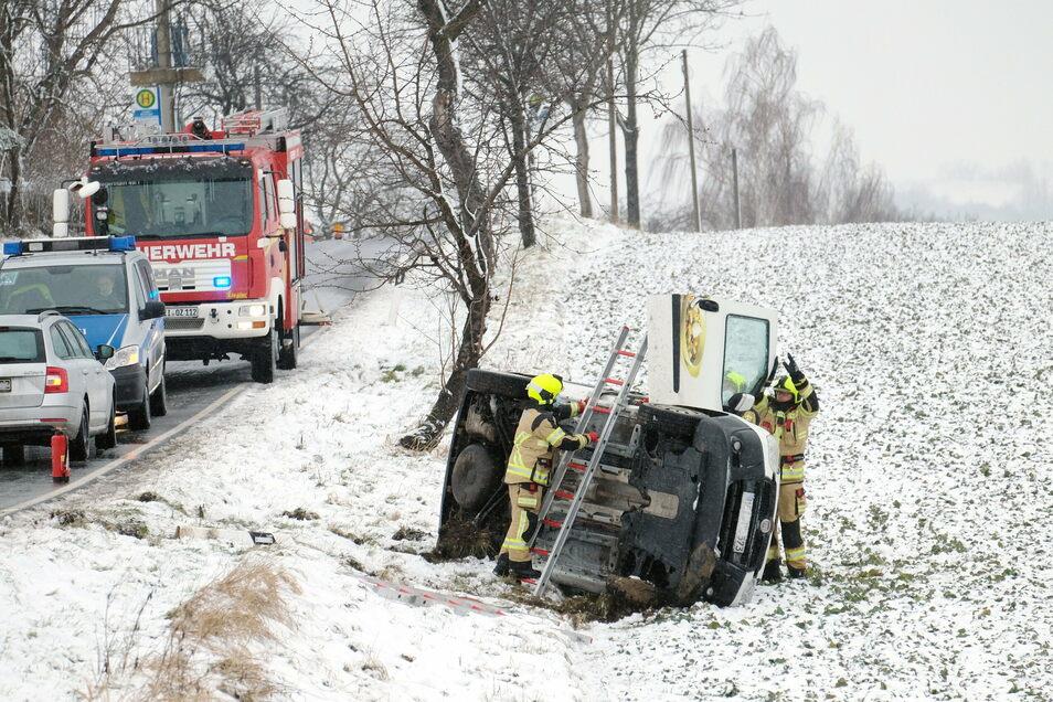 Nahe Leuben landete der Fahrer dieses Kleintransporter mit seinem Auto auf dem Feld. Der Unfall ging für ihn glimpflich aus.
