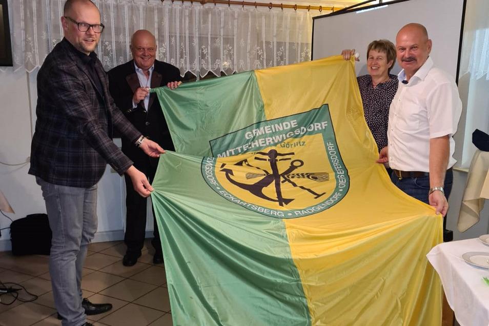 Die Fahne von Mittelherwigsdorf weht ab dem 5. Oktober auch in Dischingen. Vier alte und neue Bürgermeister bekräftigen das im Bild hinten, die beiden Begründer der Partnerschaft - Bürgermeister a.D. Bernd Hitzler und Birgit Pfennig sowie vorn die aktuellen Bürgermeister Markus Hallmann und Alfons Jakl.