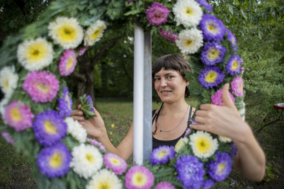 Julia Olmedo Peers von der Kamenzer Stadtgärtnerei hat einen großen Forstfestkranz gebunden - für einen Image-Film, der ein kleiner Ersatz für das nicht stattfindende Forstfest sein soll.