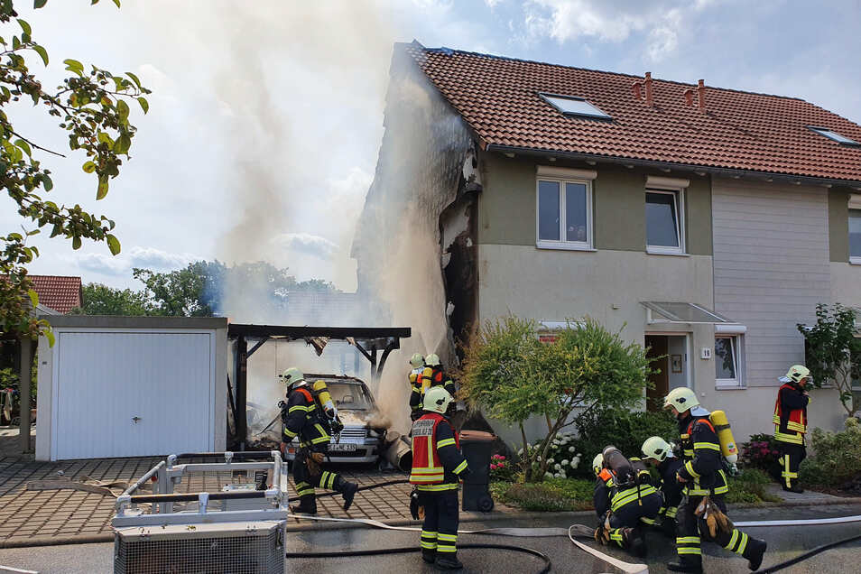 Einen der größten Einsätze 2019 hatten die Radebeuler Wehren bei einem Hausbrand im Wohnviertel an der Waldstraße.