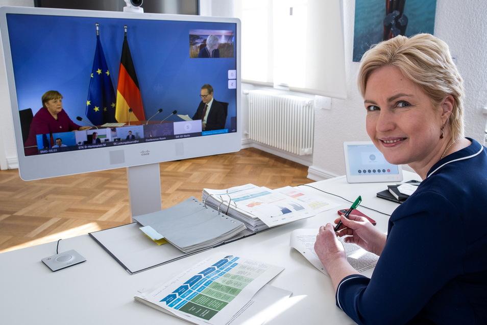 Manuela Schwesig (SPD), Ministerpräsidentin von Mecklenburg-Vorpommern, bei der Corona-Video-Konferenz mit Bundeskanzlerin Angela Merkel (CDU) und Michael Müller (SPD), Regierender Bürgermeister von Berlin.