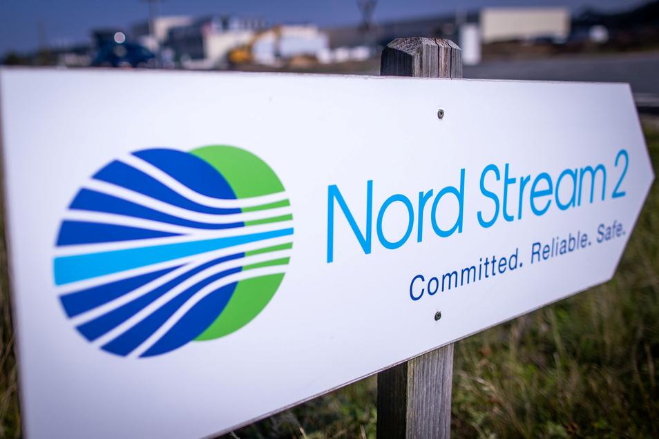 Ein Wegweiser steht vor der Erdgasempfangsstation der Ostseepipeline Nord Stream 2 in Lubmin nahe Greifswald.