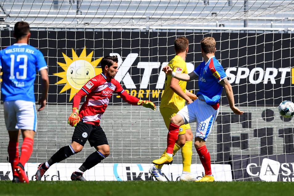 Alexander Mühling von Kiel (2.v.r) erzielt das erste Tor für seine Mannschaft.