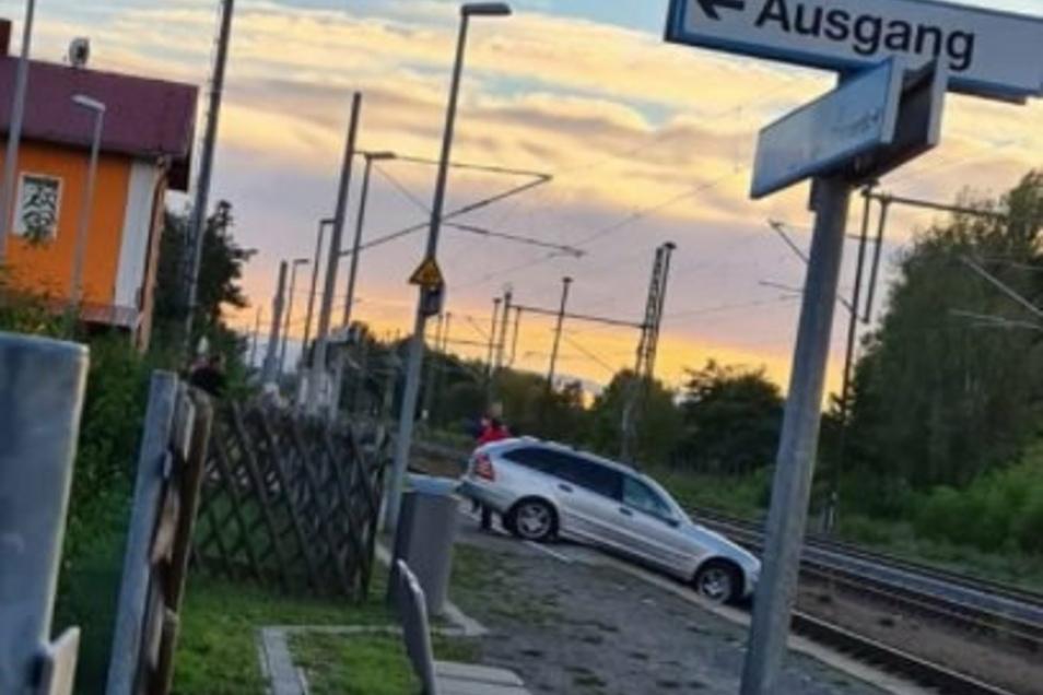 Ein ungewöhnliches Bild: Was macht das Auto da am Bahnsteig in Gröditz?