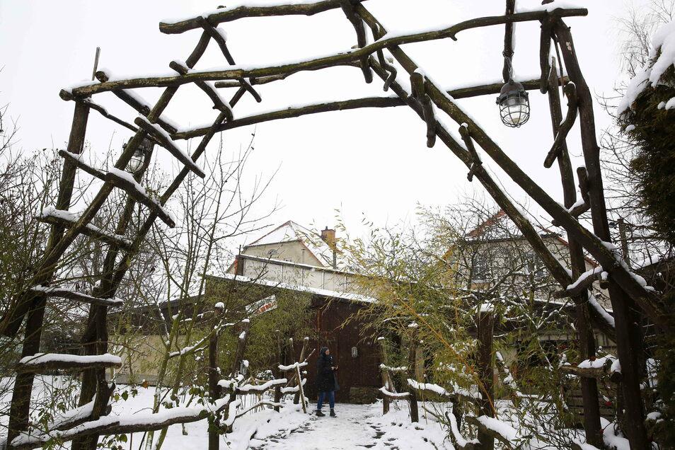 Der Swingerclub Schiedel in Schiedel ist seit zehn Monaten dicht. Der Wellness-Außenbereich liegt verlassen da.