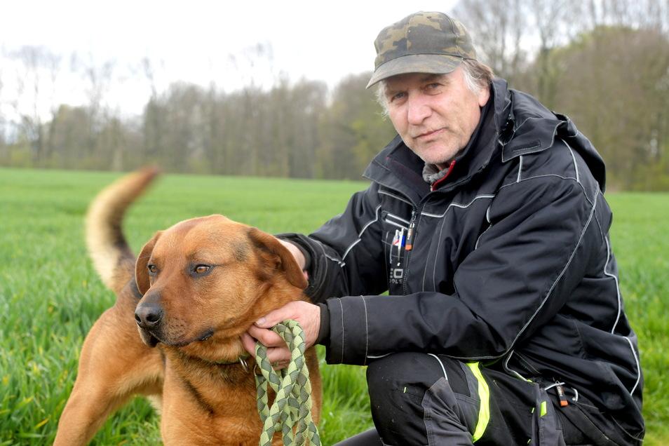 Tierheim-Mitarbeiter Wolfgang Loske mit dem sechs Jahre alten Bobby.