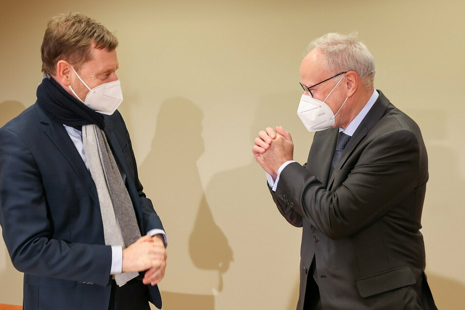 Krankenhauskoordinator Christoph Josten (r.) ist von den Corona-Maßnahmen überzeugt, die Ministerpräsident Michael Kretschmer verkündet hatte.