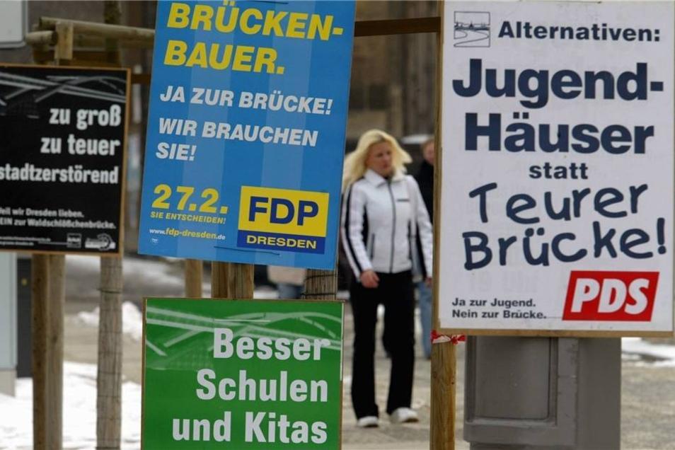 Bürgerentscheid 2005  Plakate von Parteien und Bürgerinitiativen hingen im Vorfeld des Bürgerentscheides über den Brueckenbau in der Dresdner Innenstadt. Nach dem Bürgerentscheid wurde die Brücke inmitten des UNESCO-Welterbes Kulturlandschaft Dresdner Elbtal deutschlandweit bekannt.