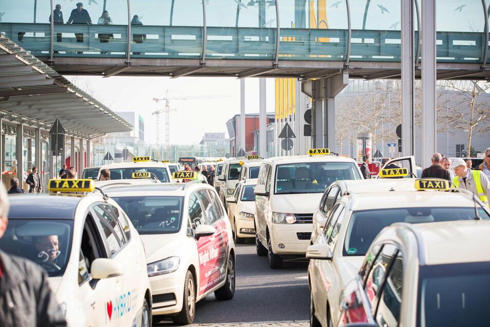 Dresdens Taxifahrer sollen Rentner zum Impfzentrum in die Messe chauffieren. Zu einem geringen Preis, wenn es nach dem Willen von Oberbürgermeister Dirk Hilbert geht.