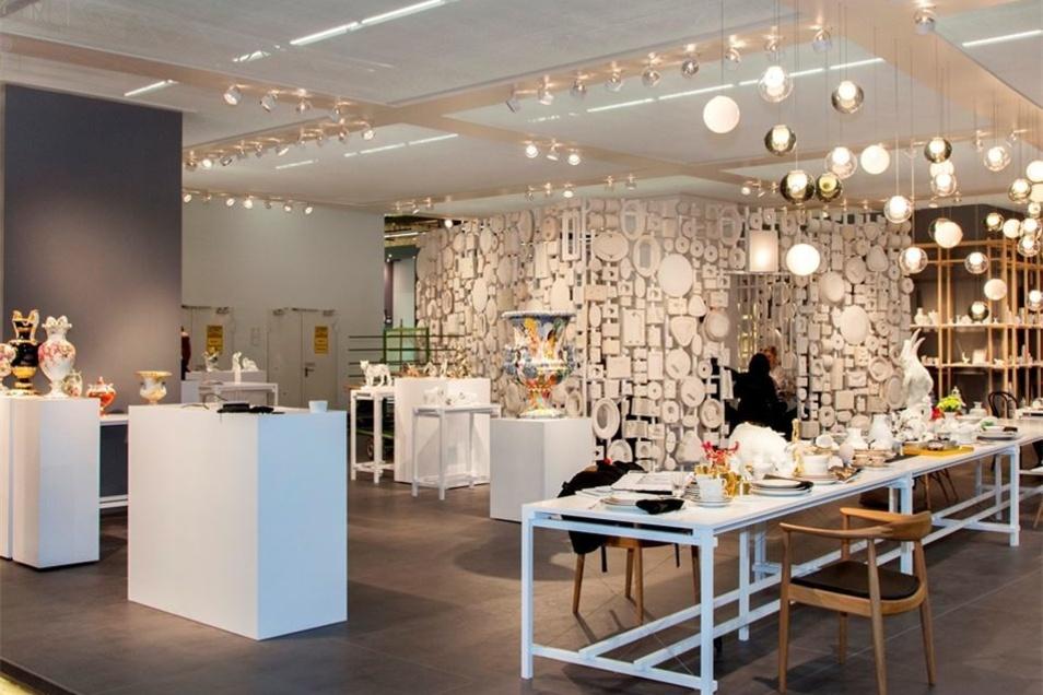 Meissen tafelt auf: 14 Meter lang ist der Tisch, auf dem die Manufaktur eine Auswahl ihrer Produkte während der Messe Ambiente in Frankfurt präsentiert. Darunter nach historischen Vorbildern gearbeitete limitierte Stücke, aber auch ganz neue Arbeiten, wie