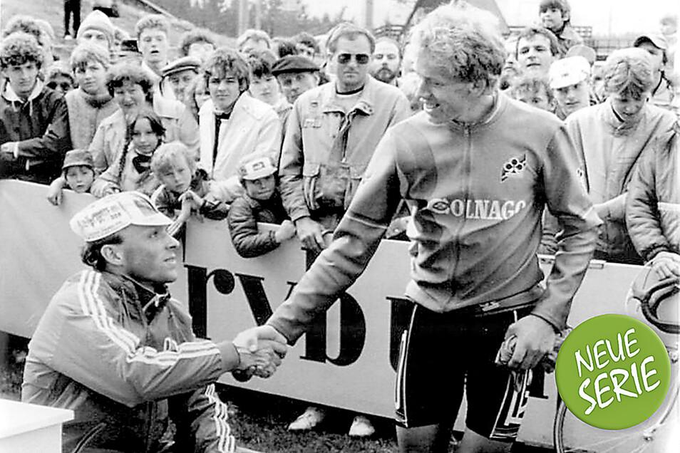 Herzlich gratuliert der polnische Fahrer Zenon Jaskula dem Etappensieger des Einzel-Bergzeitfahrens über 22 km in Harrachov, Uwe Ampler.
