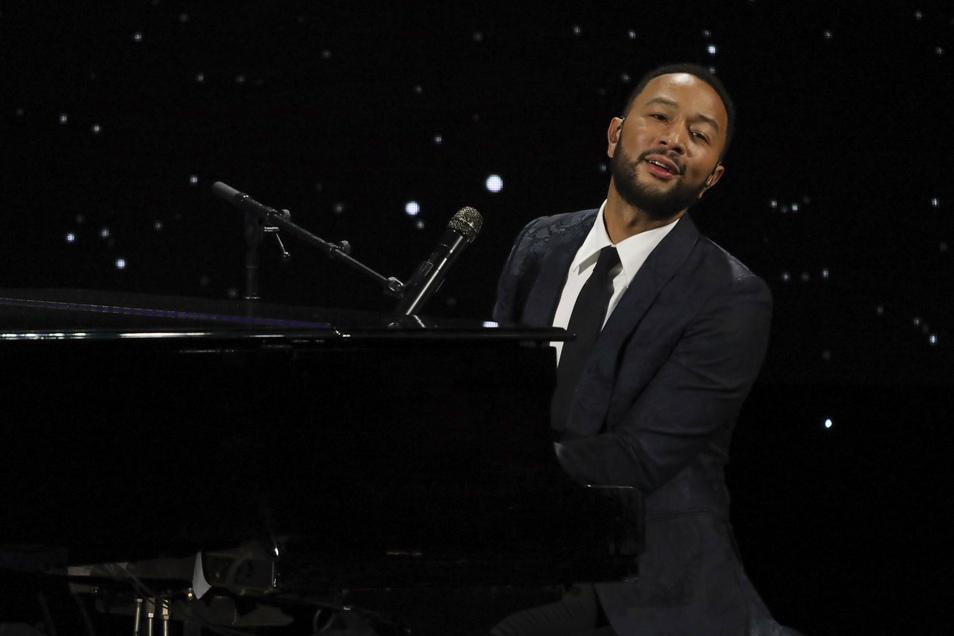 John Legend am Klavier.
