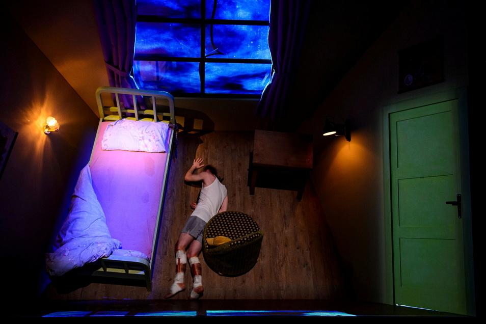 """Paul Nörpel spielt den verletzten Schriftsteller in """"Misery"""". Hier sieht man den schrägen Boden des Bühnenbilds."""