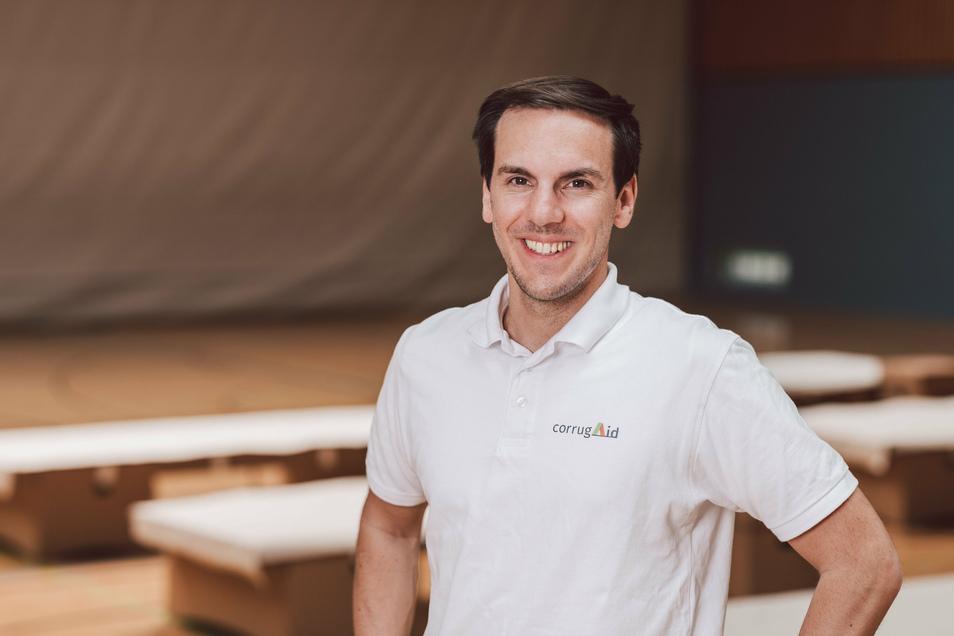 Maurice Jedlicka hat das Start-up corrugAid gegründet und bringt die Idee aus der TU Dresden noch in diesem Jahr auf den Markt. Die Wellpappe-Feldbetten sollen weltweit Hilfsorganisationen bei ihrer Arbeit helfen – für Menschen in Not.