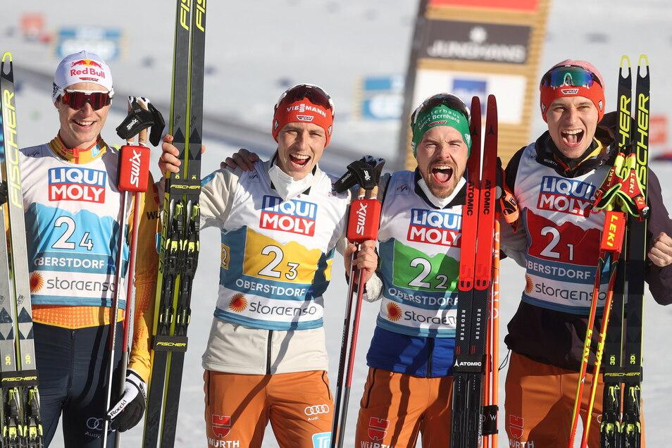 Deutschlands Kombinierer Vinzenz Geiger, Eric Frenzel, Fabian Rießle und Terence Weber (l-r) freuen sich über WM-Silber in der Staffel.