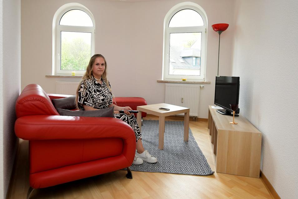 Im Dachgeschoss der Härtelstraße 40 in Waldheim hat die WBV eine Auszeit-Wohnung eingerichtet. Nur fürs Foto hat Auszubildende Laura Viehweger auf der Couch Platz genommen.