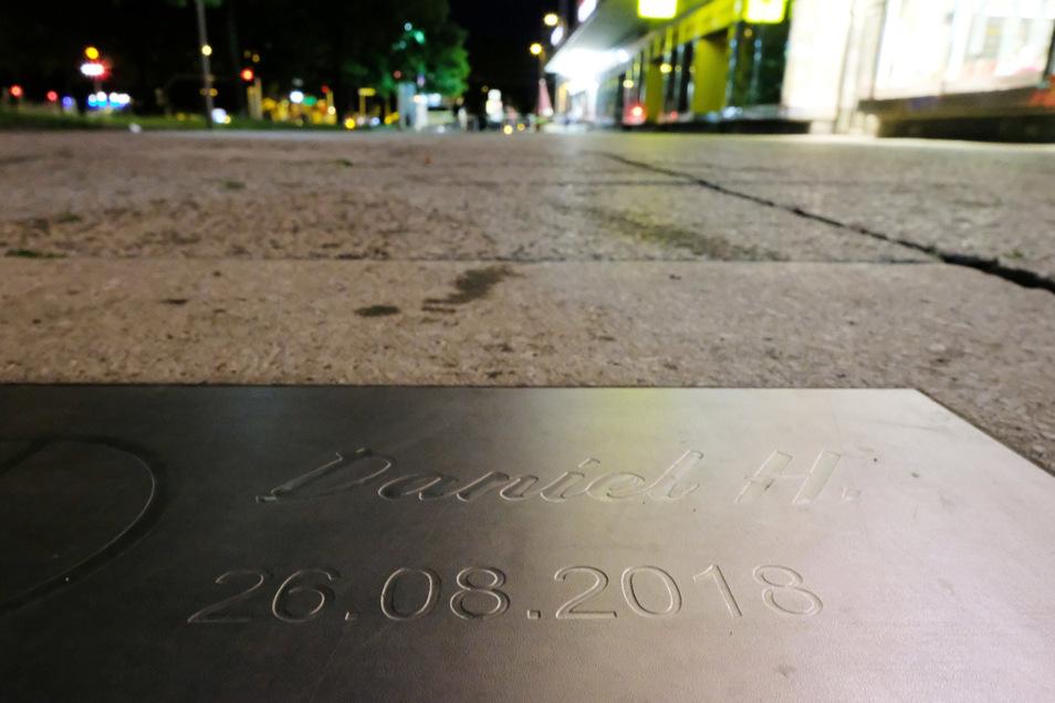 """Eine Metalltafel mit dem Schriftzug """"Daniel H. 26.08.2018"""" ist am Tatort der Messerattacke in Chemnitz im Fußweg eingelassen (Symbolfoto)."""