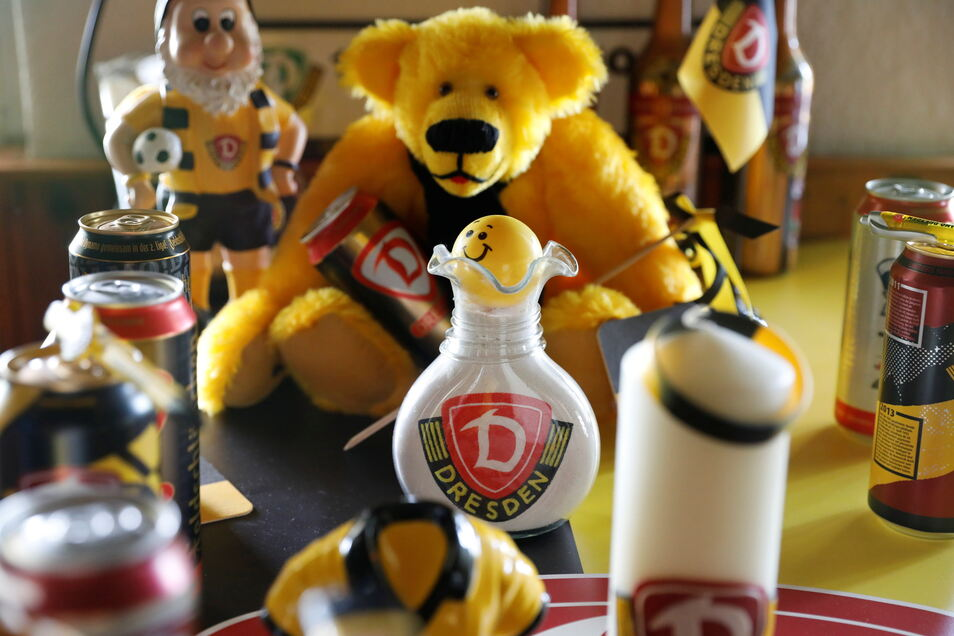 Nur ein winziger Teil von Kerstin Lehmanns Dynamo-Fan-Artikeln. Den Teddy hat ihr mal ein Gast mitgebracht.