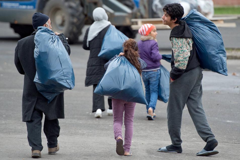 Die Flüchtlinge fliehen vor Krieg und Hunger aus ihrer Heimat.